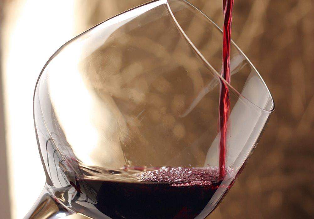 LA GIUSTA TEMPERATURA PER SERVIRE UN VINO Ogni vino ha la sua giusta temperatura